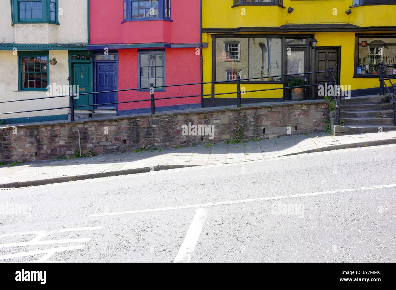 Eine Reihe von bunten Häusern auf einer abschüssigen Straße in Bristol. Stockbild
