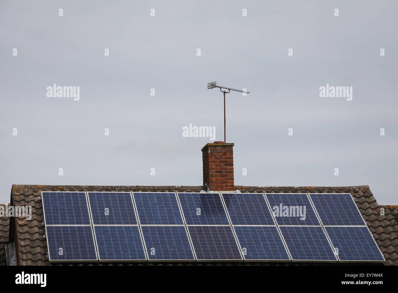 Sonnenkollektoren auf dem Dach eines Hauses an einem grauen, bewölkten Tag nicht viel Energie erzeugen Stockbild