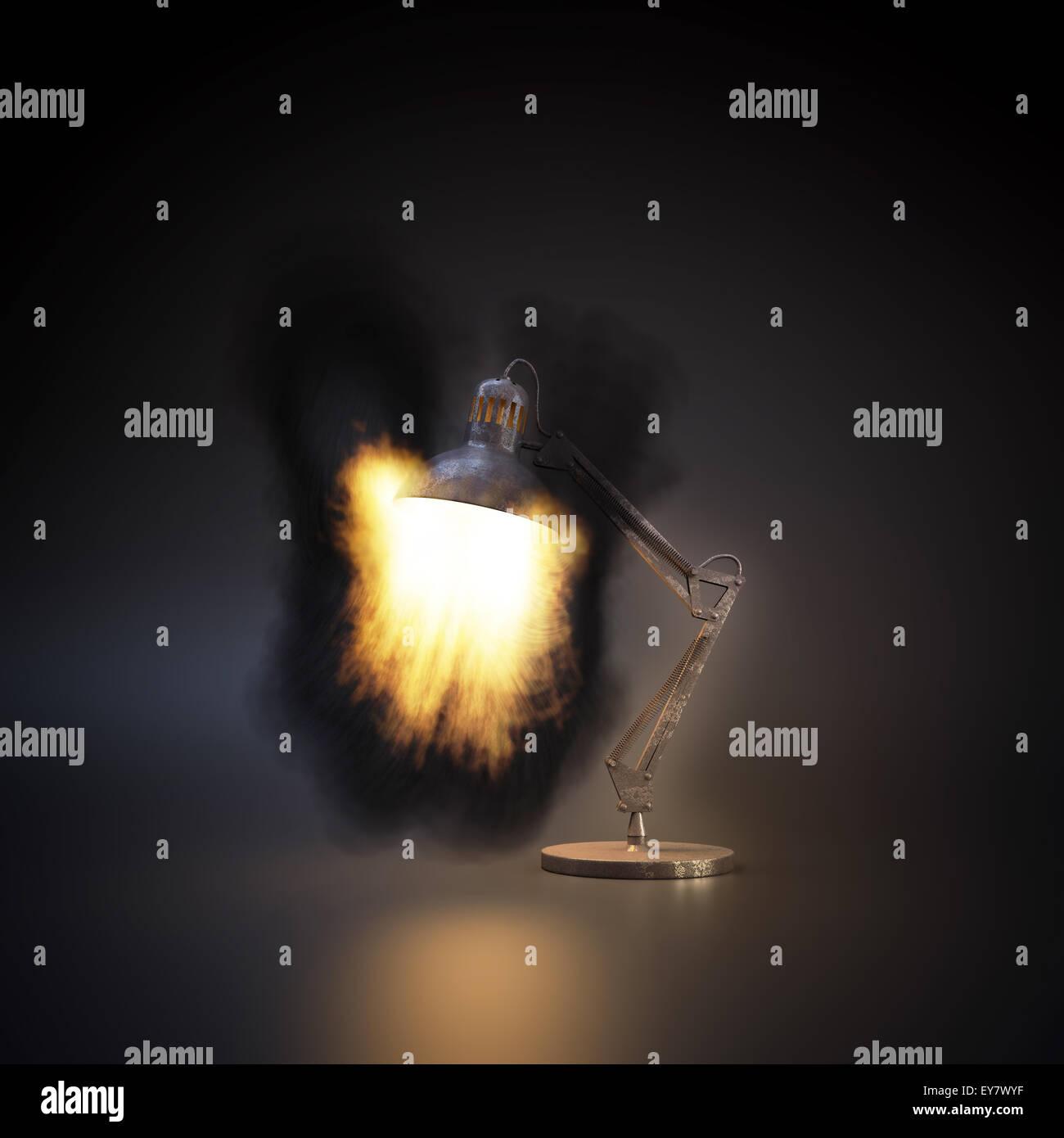 Feuer Flammen aus einer Schreibtischlampe Stockbild