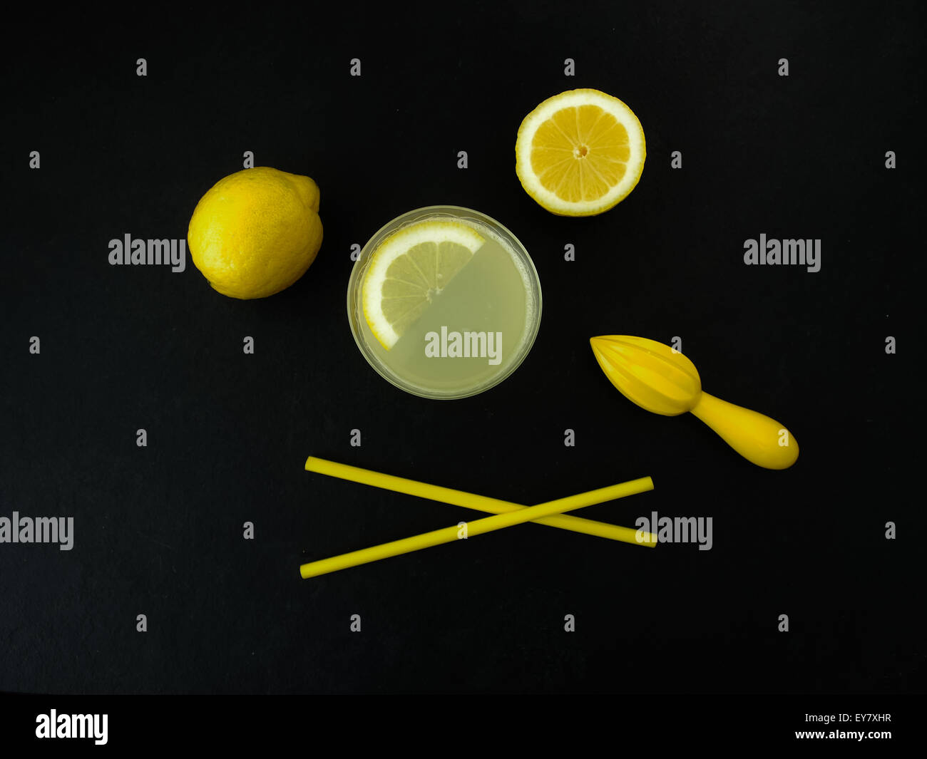 Frisch gepresster Limonade auf Schiefer Hintergrund Stockbild
