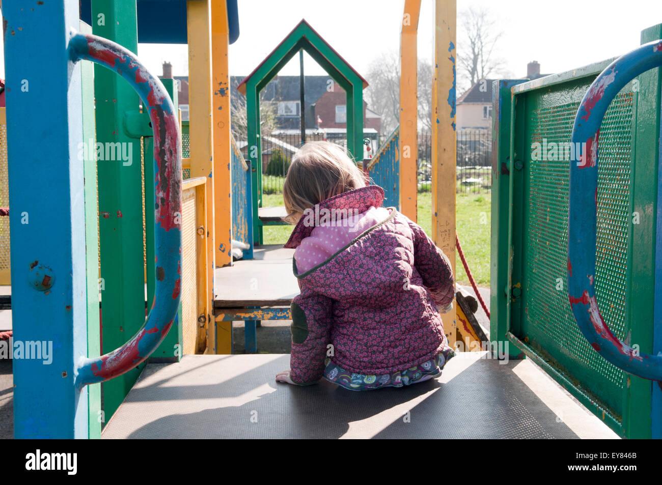 Klettergerüst Ab 2 Jahren : Kleinkind spielt auf einem klettergerüst im park stockfoto bild