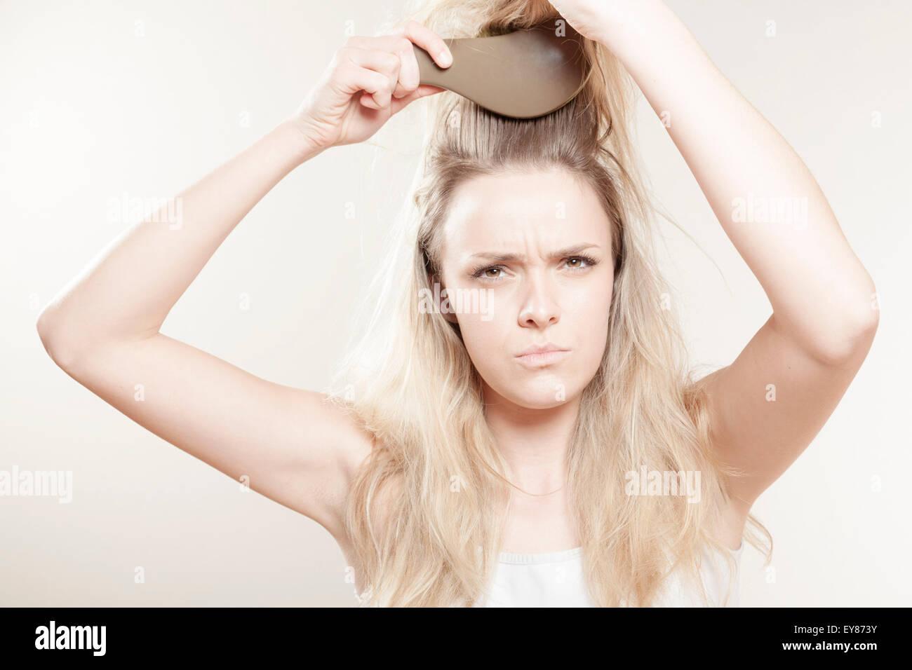 Junge Frau ihr Haar Bürsten Stockbild