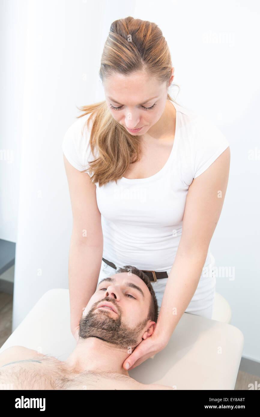 Patienten erhalten massage Stockbild
