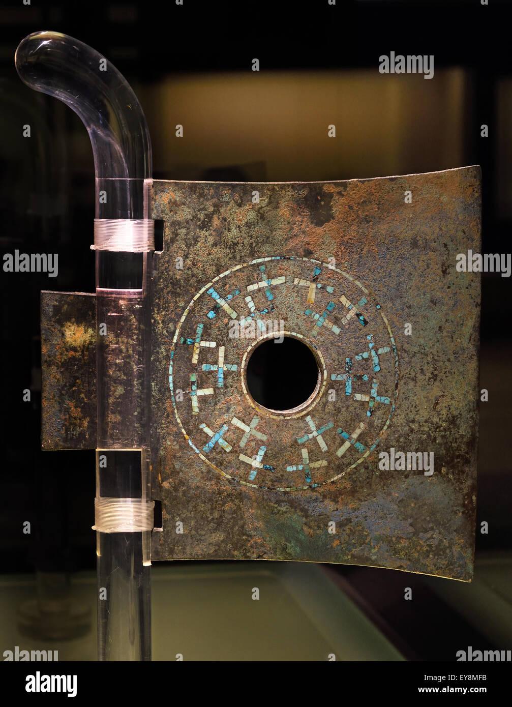 Quadratische Yue (Axt - Waffe) mit eingelegten Cross Design spät Xia (18. 16. Jahrhundert v. Chr.) Shanghai Stockbild