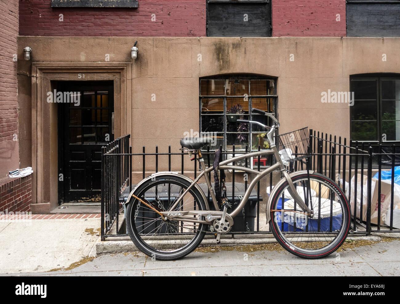Amerikanischen Cruiser Klassische Fahrrad Angekettet An Zaun Vor