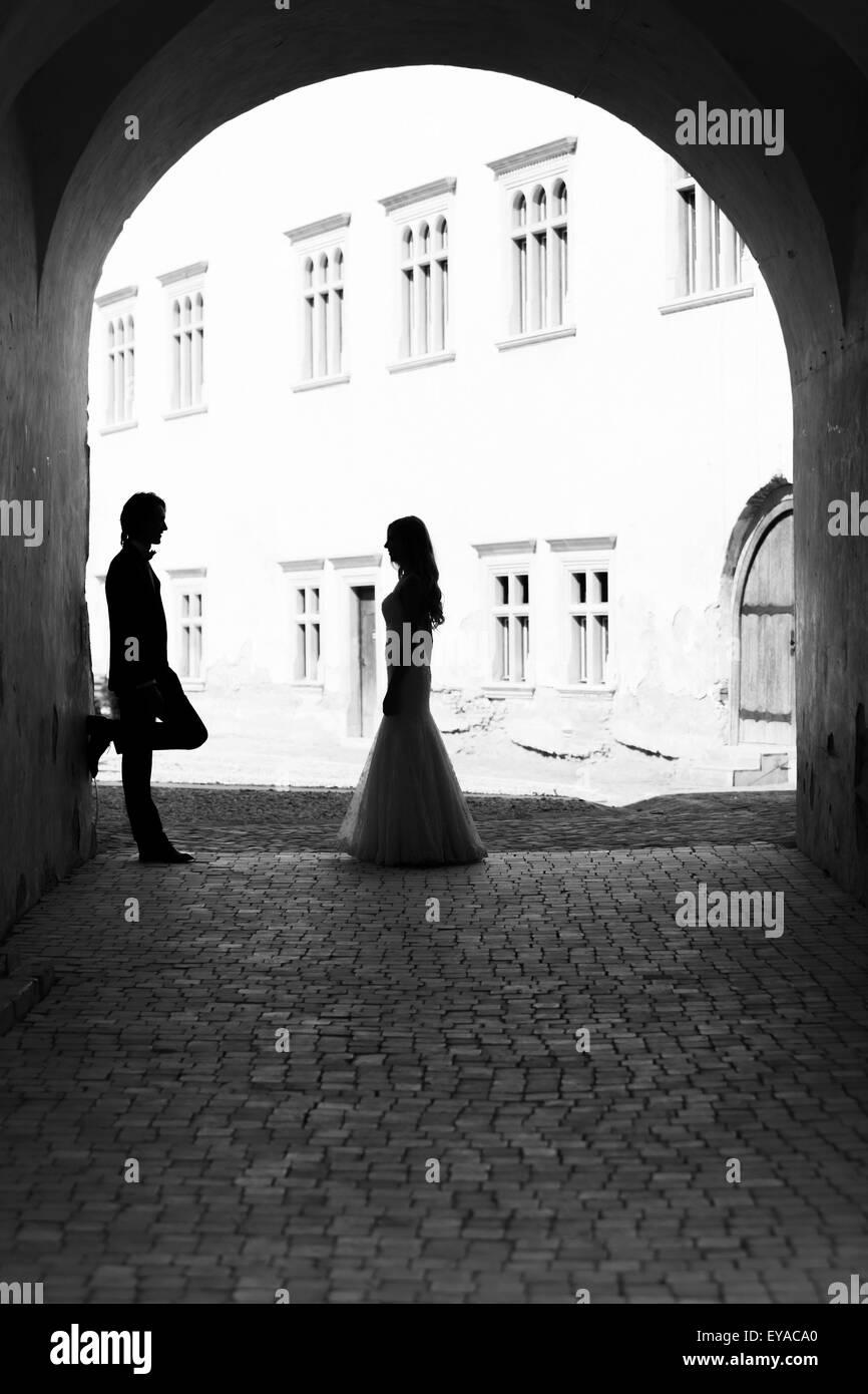 Brautpaar starrte einander in einem Gang. Schwarz / weiß Bild mit Getreide als Effekt hinzugefügt. Stockbild