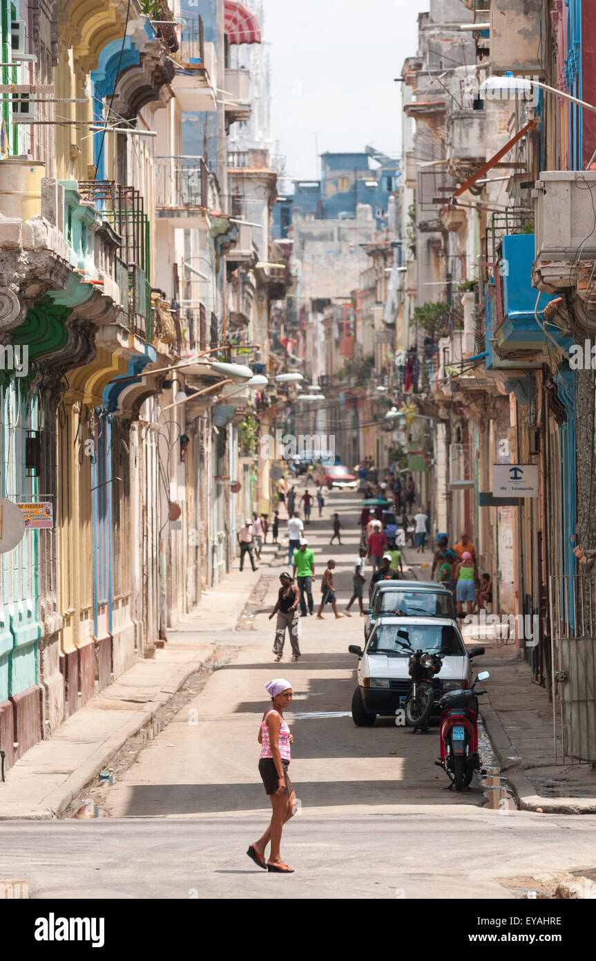 Havanna, Kuba - Juni 2011: Mehr Fußgänger als Autos füllen eine lange Straße in Zentral-Havanna. Stockbild
