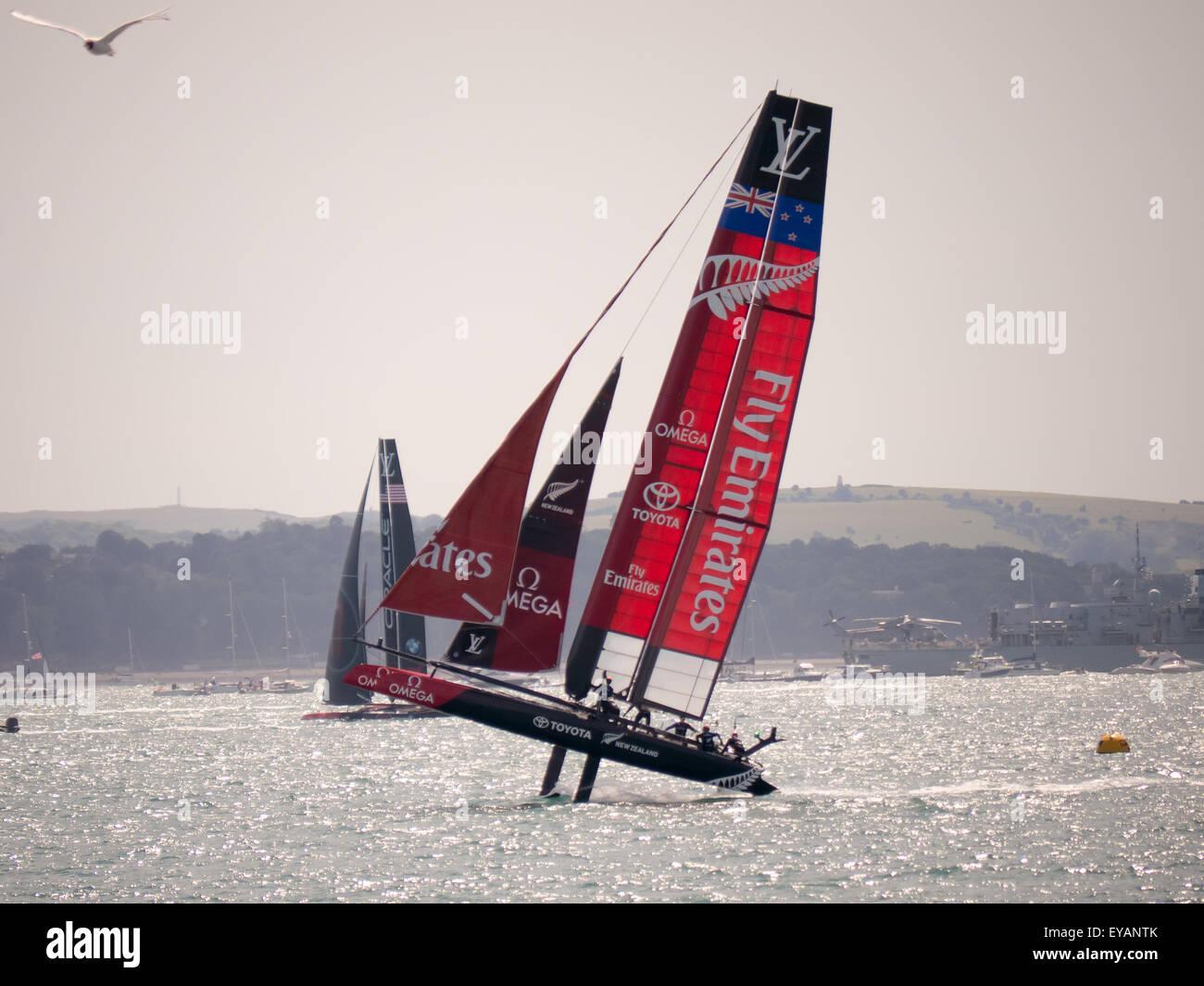 Portsmouth, England, 25. Juli 2015 Emirates Team New Zealand heftig Stich im zweiten Rennen des Americas Cup World Stockbild