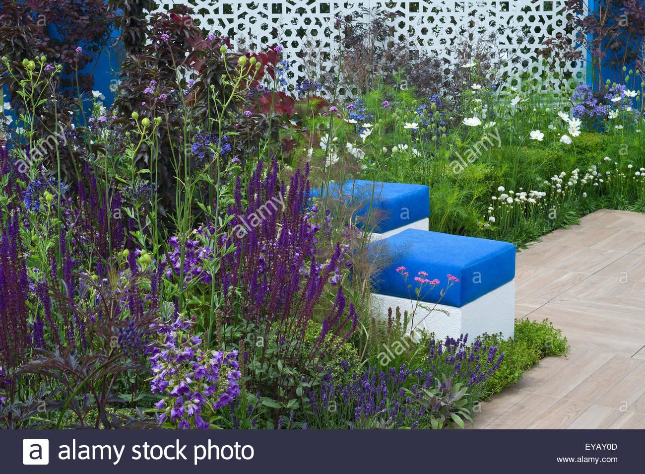 Sitzwurfel Und Blau Und Weiss Die Pflanzen In Einem Garten Im