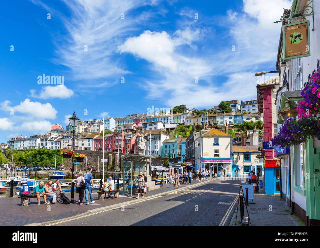 Der Strand entlang der Uferstraße in Brixham, Torbay, Devon, England, UK Stockbild
