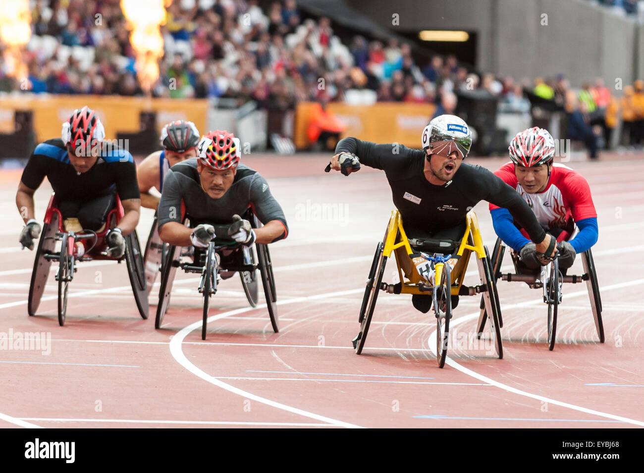London, UK. 26. Juli 2015. Marcel Hug (SUI) gewinnt die 1500m Männer - T54 in einer Zeit von 03:04:15 bei der Stockbild