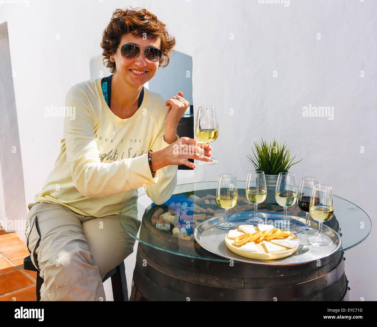 Verkostung. El Grifo Weinkeller. San Bartolome, Lanzarote, Kanarische Inseln, Spanien, Europa. Stockbild