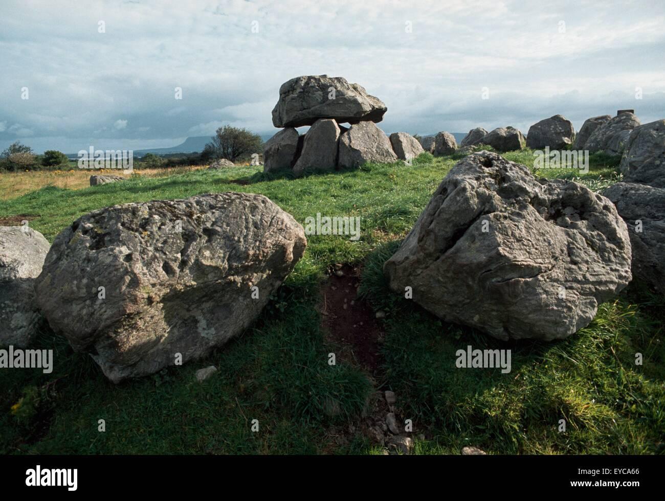 Carrowmore, Co Sligo, Irland; Dolmen innerhalb von ein Steinkreis bei einer prähistorischen rituelle Landschaft Stockbild