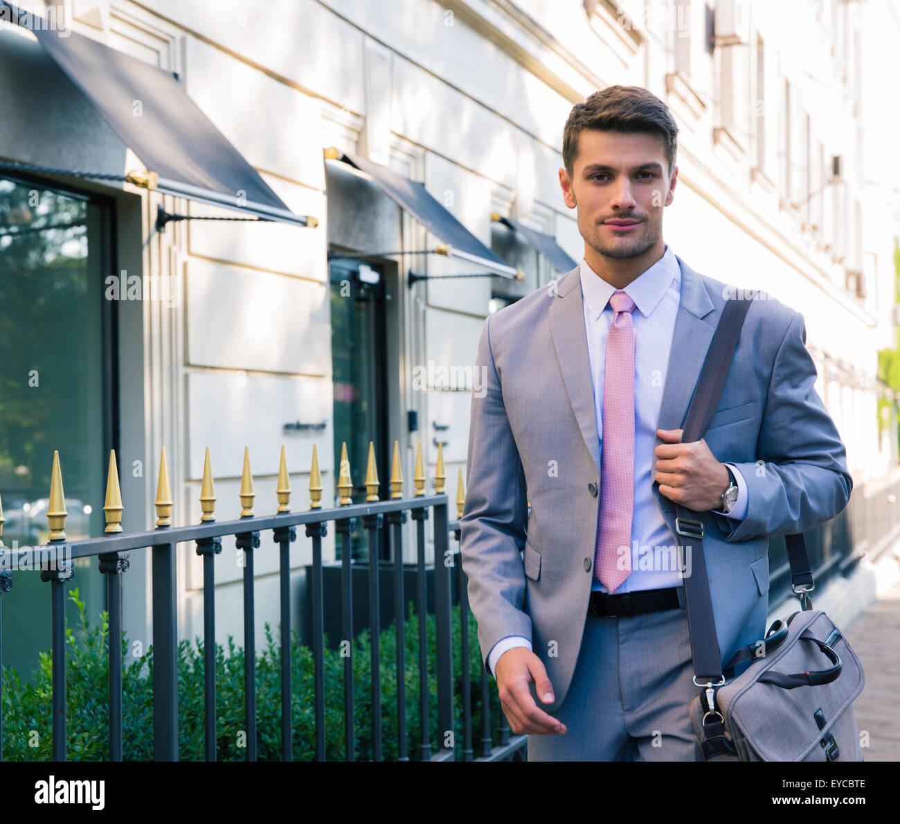 Porträt eines schönen jungen Geschäftsmann zu Fuß in die Stadt Stockfoto