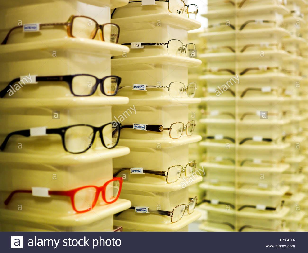 Auswahl an Brillenfassungen beim Optiker Stockfoto, Bild: 85711616 ...