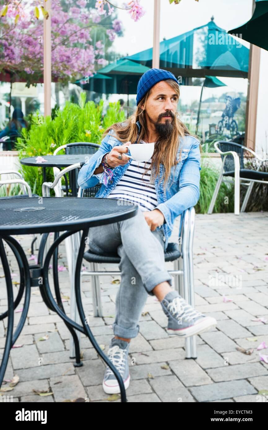 Mitte erwachsenen Mann sitzt im Café mit Kaffee Stockbild