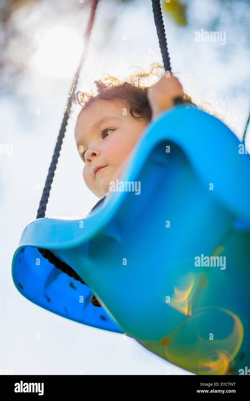 Junges Mädchen auf der Schaukel, niedrigen Winkel Ansicht Stockfoto