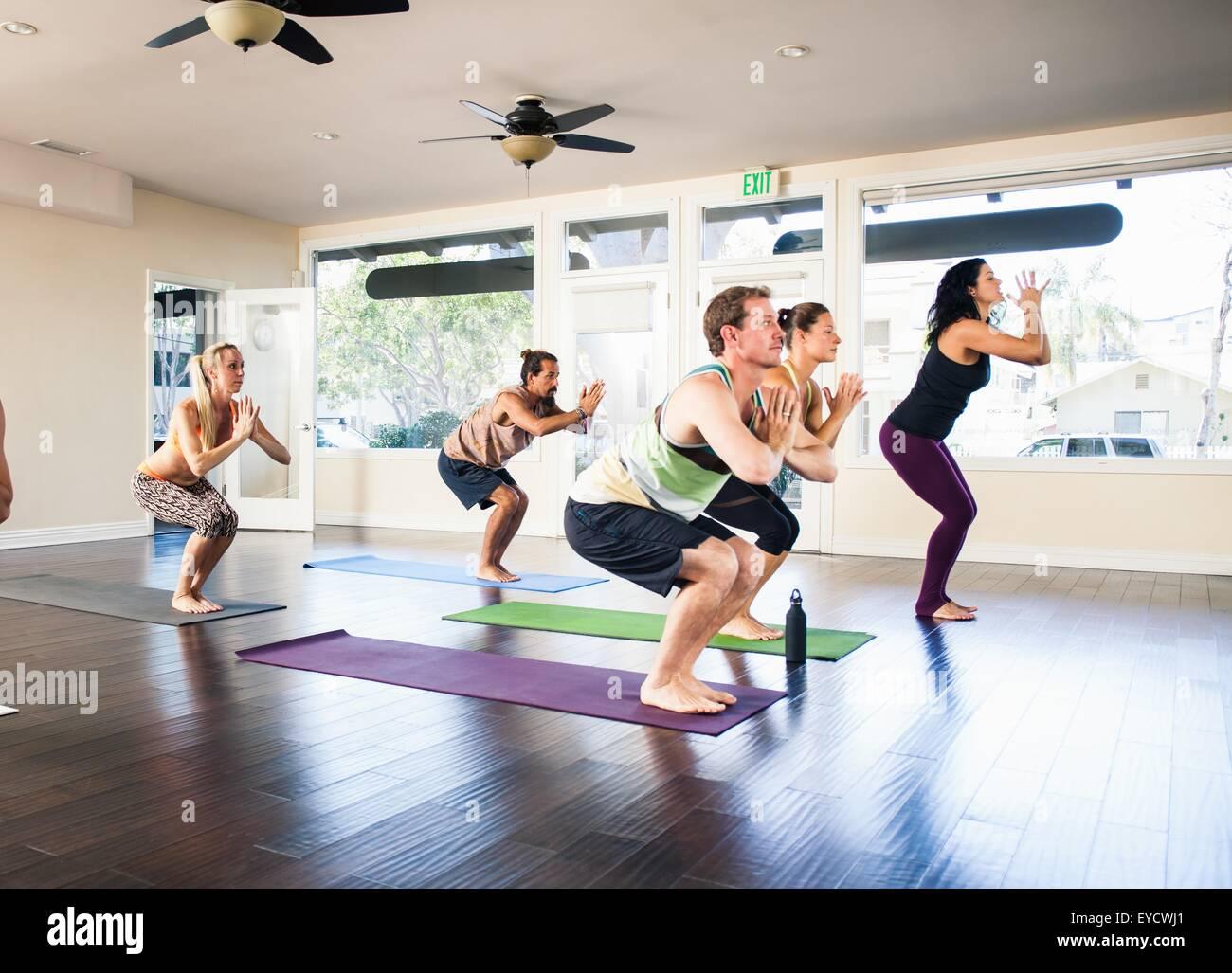 Fünf Menschen in Yoga-Kurs Stockfoto