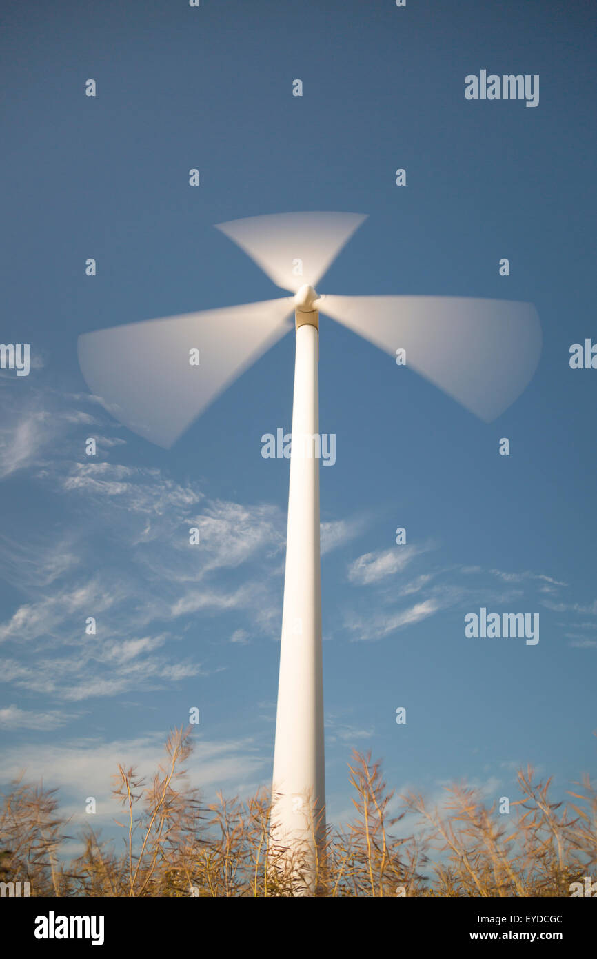 Wind Power Station Spinnen schnell mit blauen Himmel und Wolken. Stockbild
