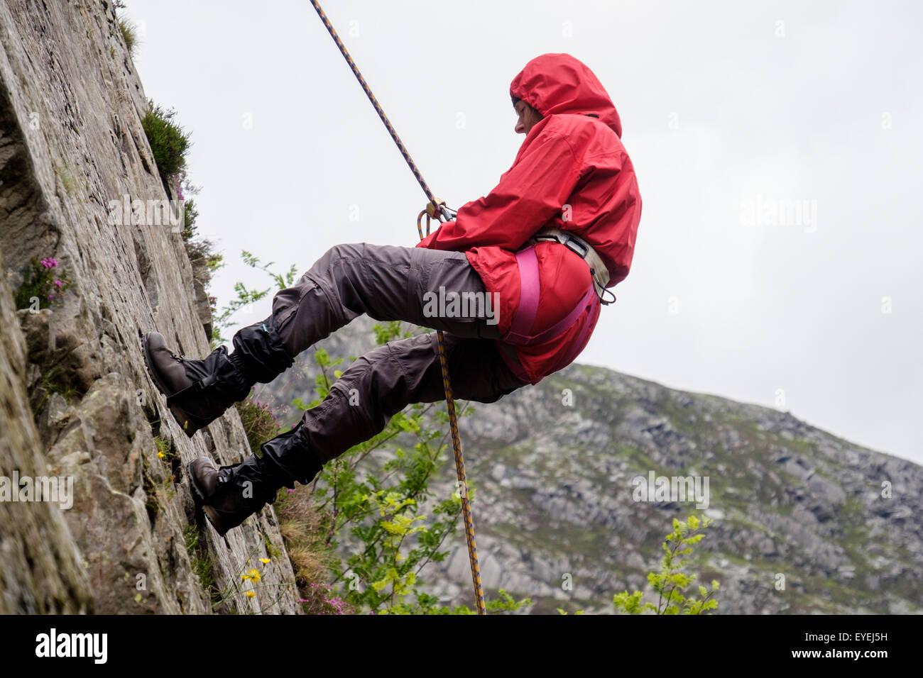 Klettergurt Sicherung : Weiblichen rock climber mit sicherungsseil und klettergurt auf