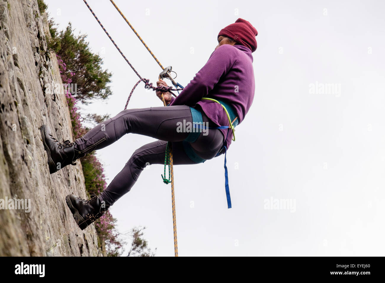 Klettergurt Mit Selbstsicherung : Weiblichen rock climber mit sicherungsseil und klettergurt auf eine