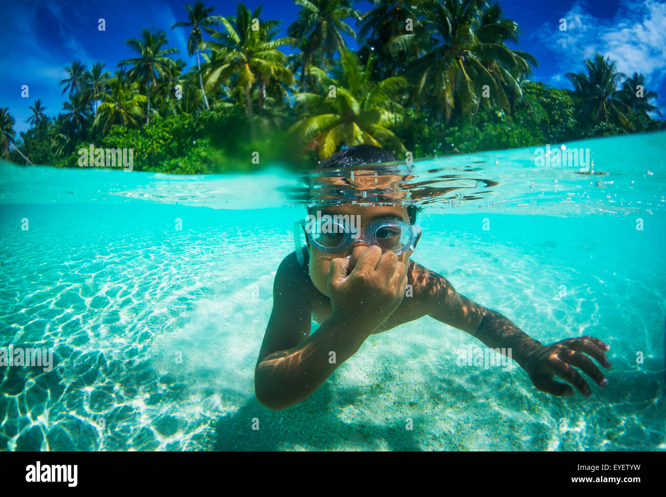Spielen unter Wasser mit einem jungen Tuvalu junge Wearig Brille; Tuvalu Stockbild