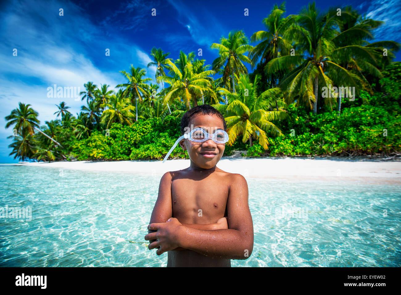 Tuvalu junge trägt Brille auf einer Insel, die Teil eines marine Park direkt neben dem Tuvalu Festland bildet; Stockbild