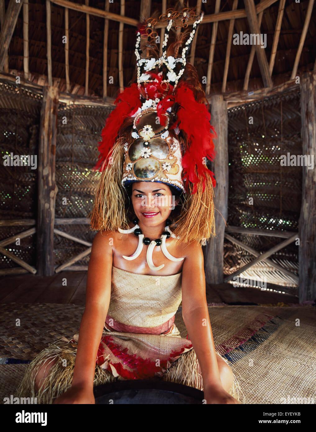 Frau in traditioneller Kleidung, die Teilnahme an Ava Zeremonie ...