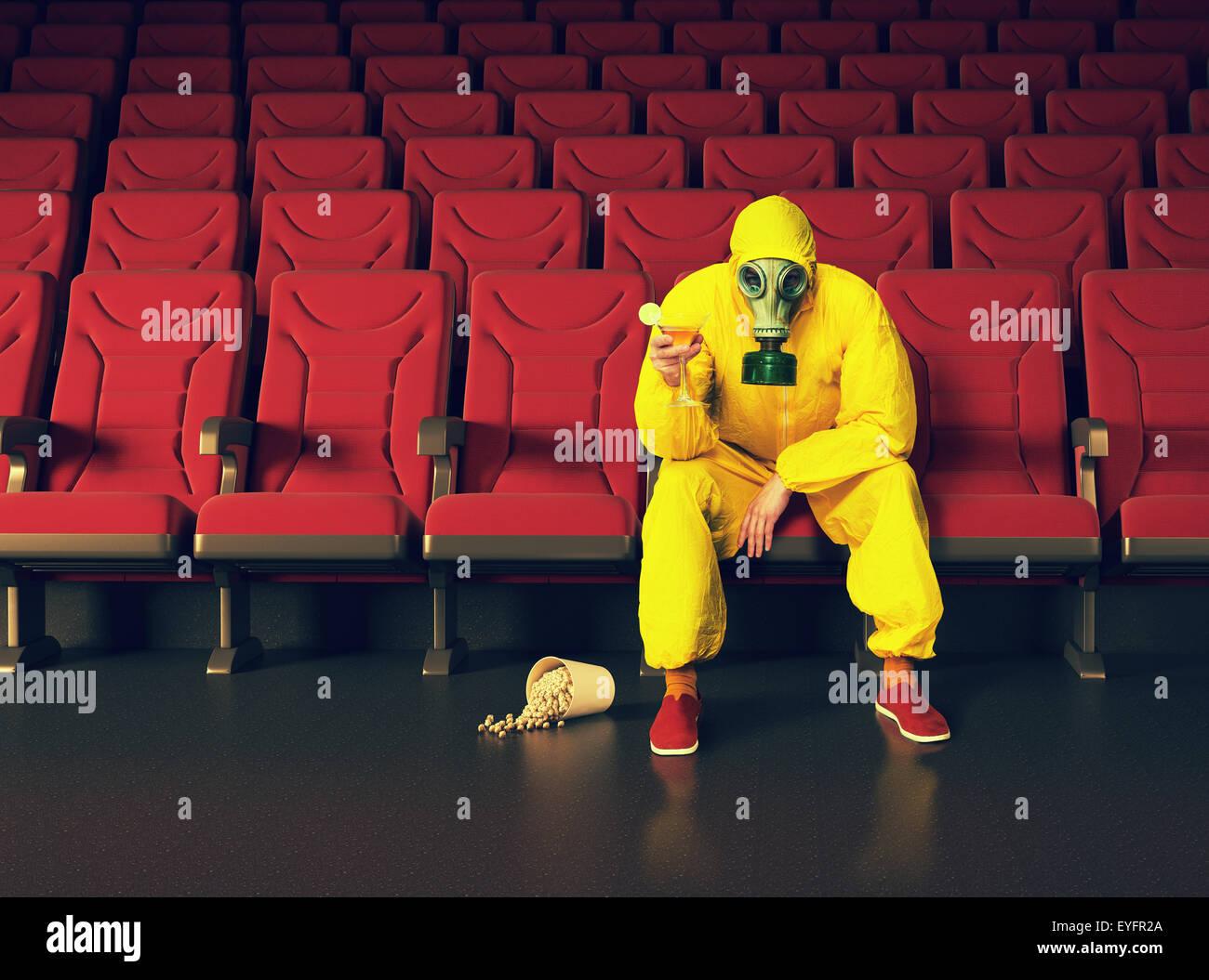 der Mann in eine schützende Overall sitzt in einem leeren theater Stockbild