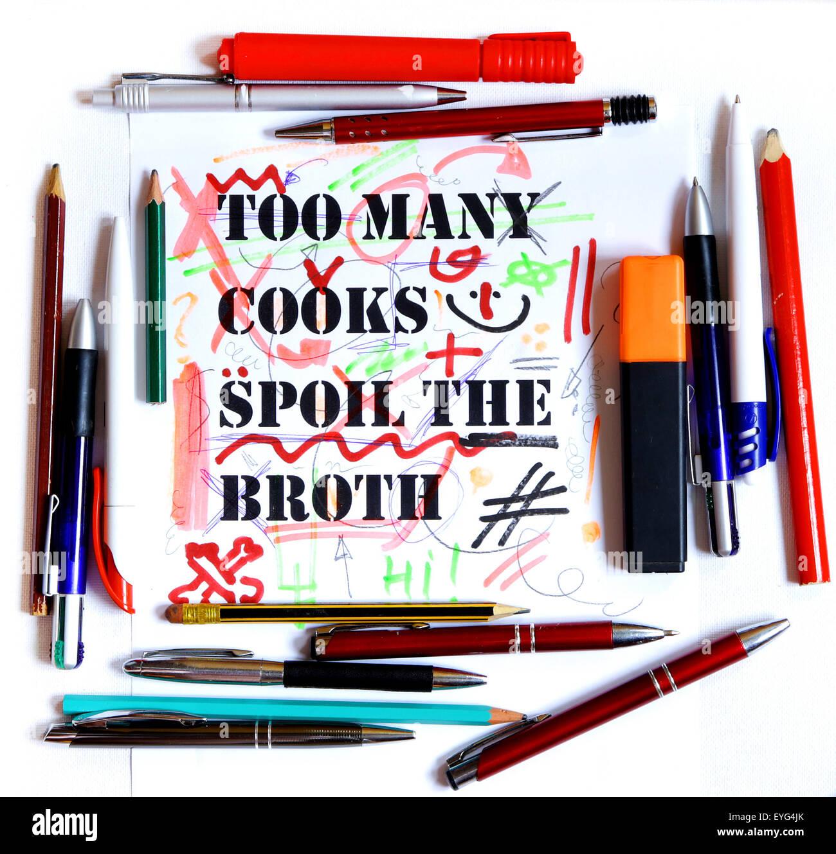 zu viele Köche verderben die Brühe Sprichwort, Betrag von Bleistiften beschädigte Zeichnung Stockbild