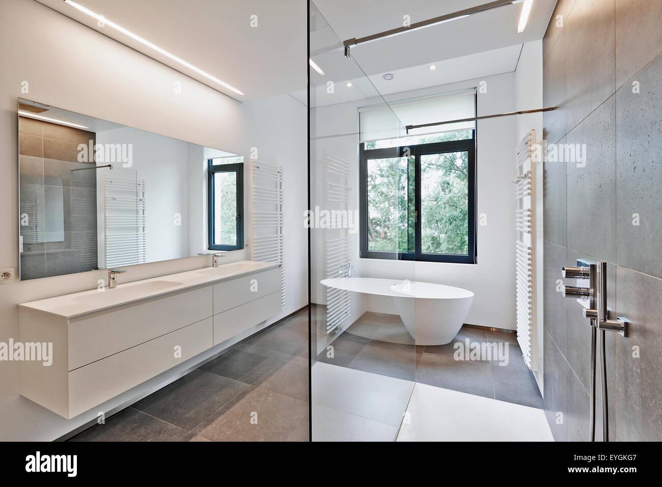 Badezimmer Heizkã¶rper   Badewanne In Corian Wasserhahn Und Dusche Im Badezimmer Mit Fenster