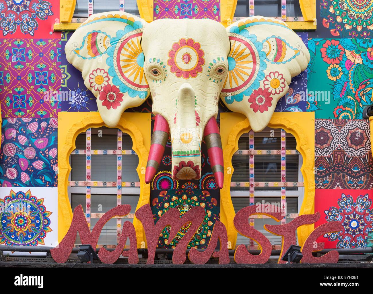 Große bemalte Elefantenkopf an der Fassade des Namaste Shops, Camden Market Area, London, England, Vereinigtes Stockbild