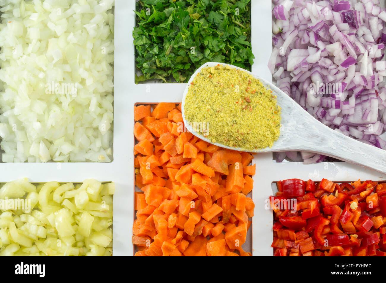 Weiße Holzlöffel mit Würze auf die bunten Gewürzen, Gemüse und Zutaten auf eine rechteckig Stockbild