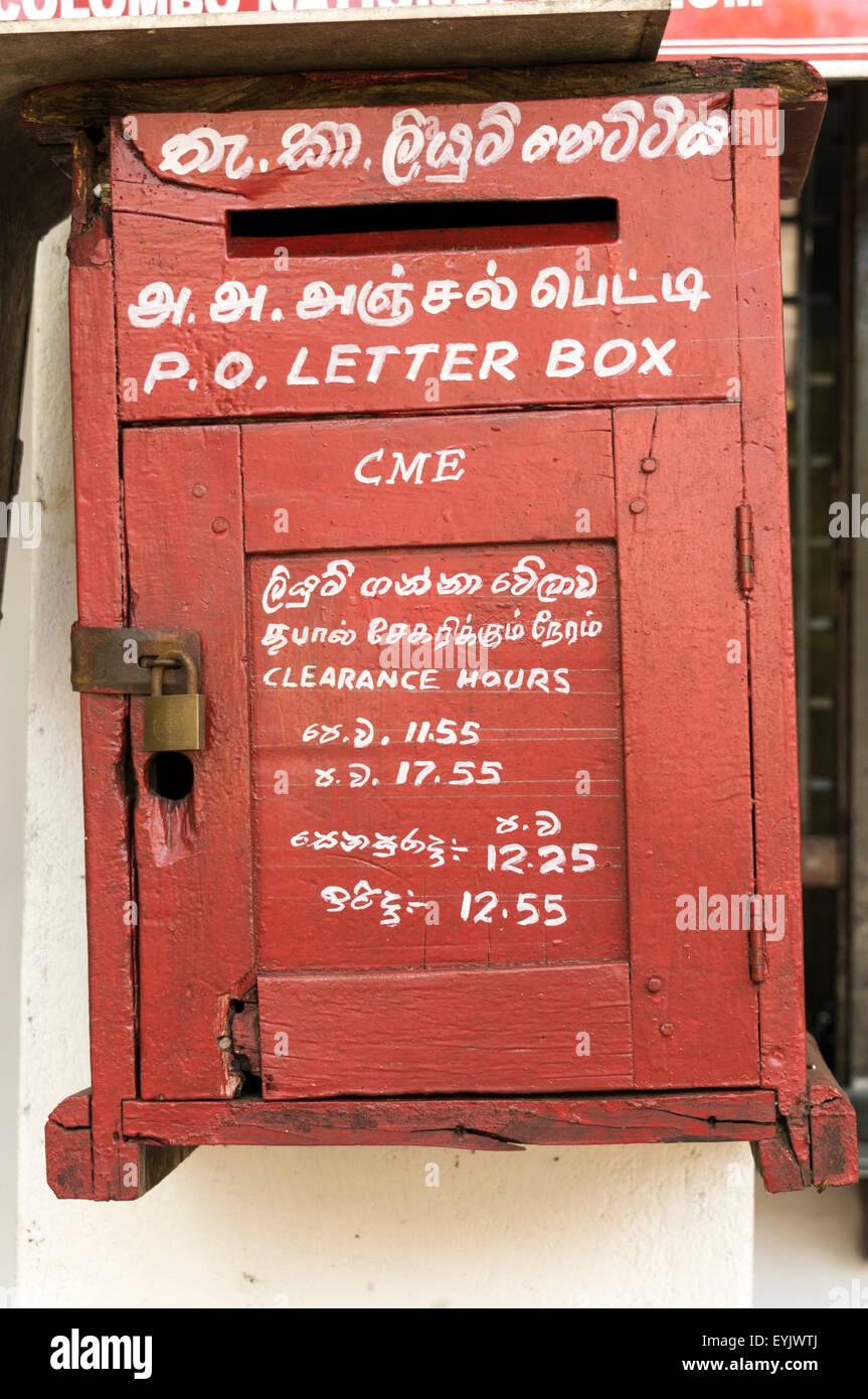 Alter Altmodischer Brief Box In Singapur Mit Englisch Und Tamil