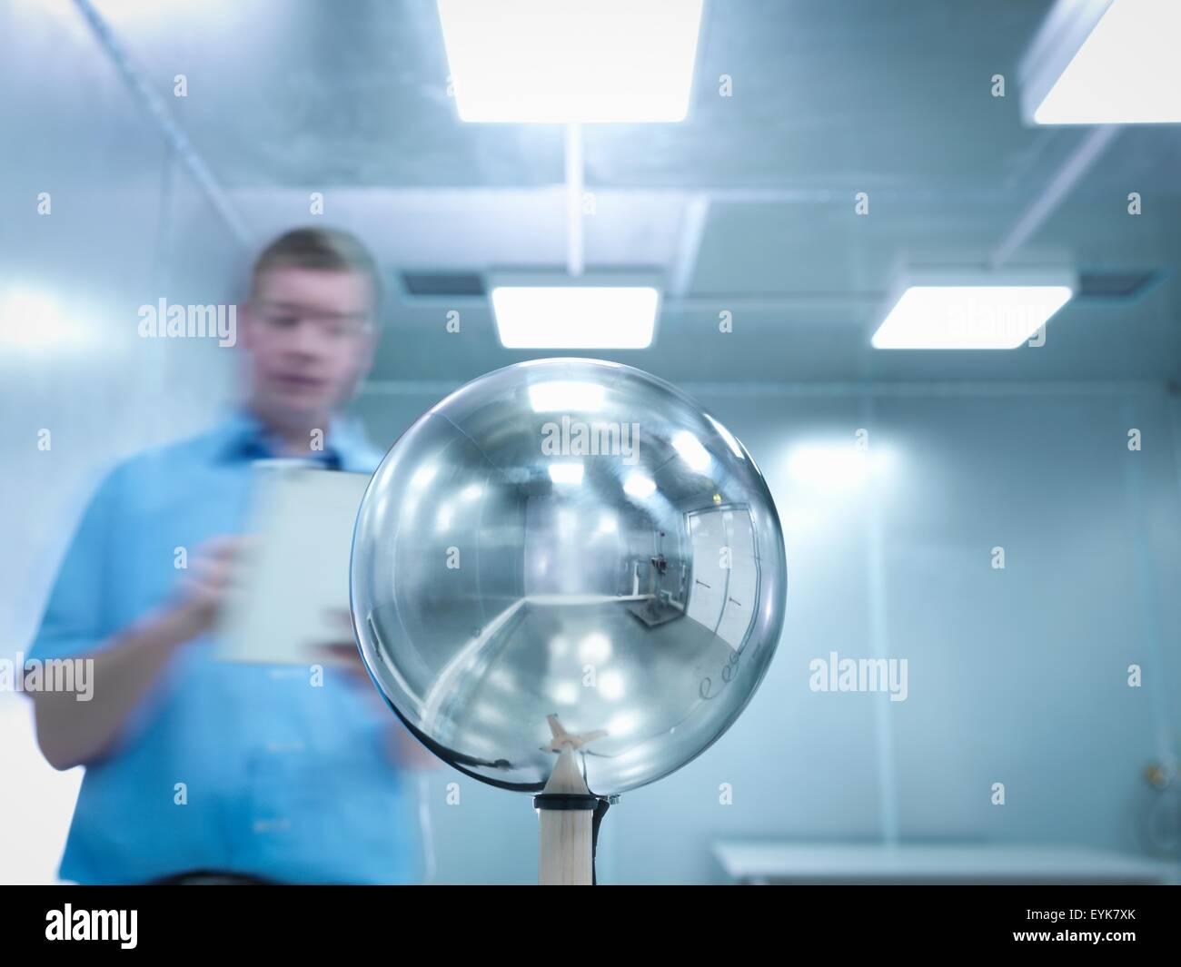 Ingenieur, die Durchführung von elektromagnetischen Feldern (EMF) Prüfung von elektronischen Beleuchtung Stockbild