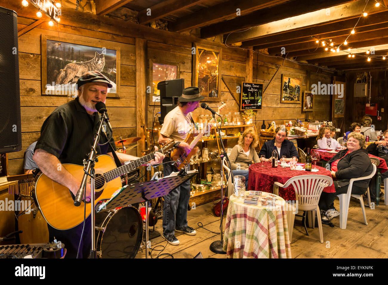 "Band ""The Brewketts"" spielen in Saginaw Weinberge Freitag Nacht Live-Event; Saginaw, Oregon. Stockbild"