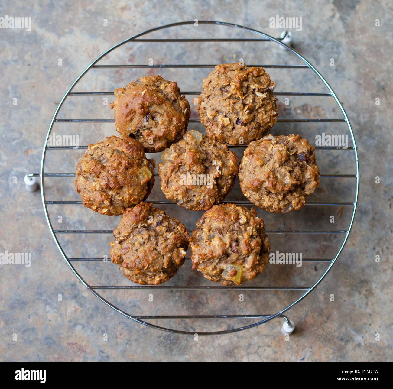 Frisch gebackene Kleie-Muffins auf einem Kuchengitter abkühlen Stockbild