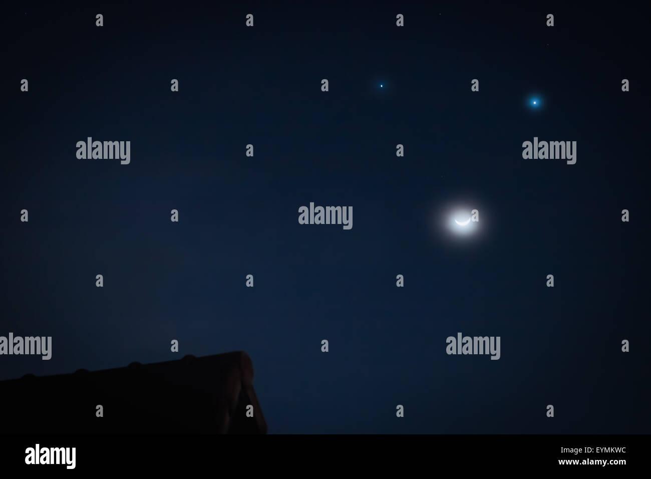 Das Phänomen himmlischen Dreieck: Mond, Venus und Jupiter-wie Lächeln auf den Lippen. 20. Juni 2015 Stockbild