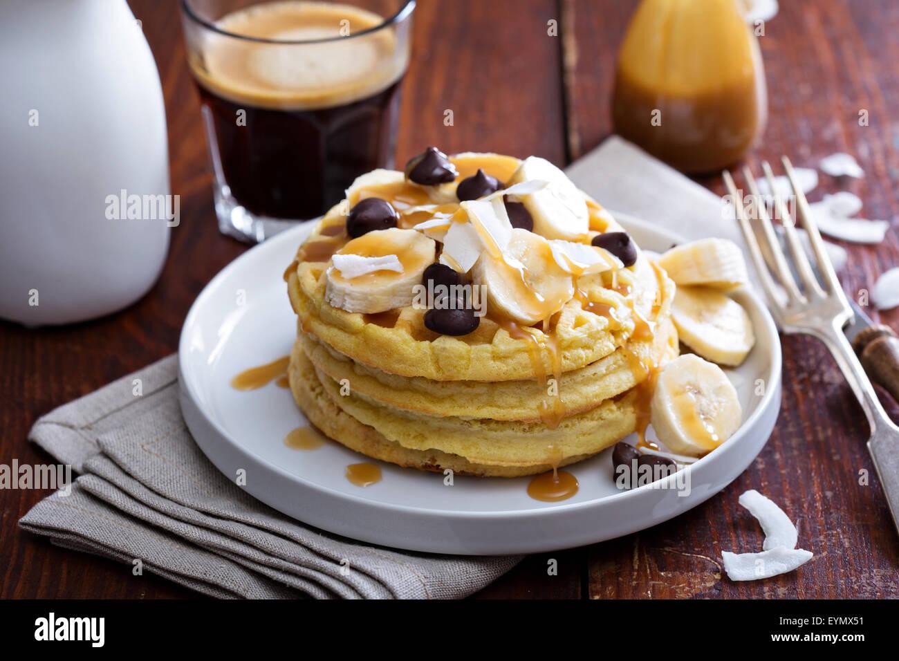 Waffeln mit Bananenscheiben, Karamell und Schokolade Stockbild