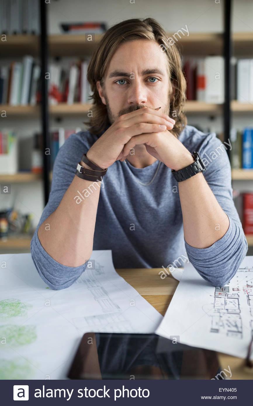 Porträt ernst Architekt mit Blaupausen und digital-Tablette Stockbild