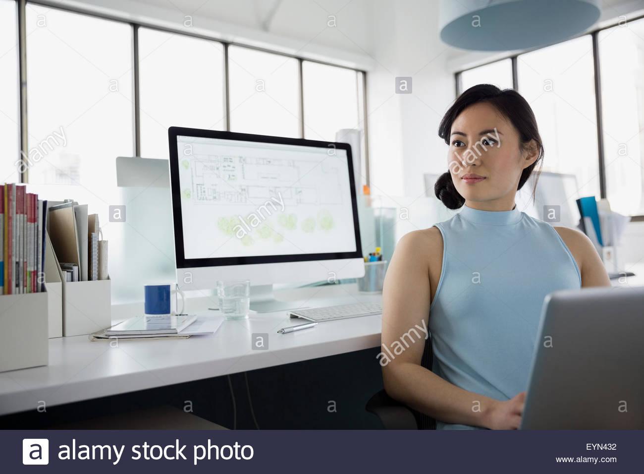 Nachdenklich Architekten arbeiten am Laptop und Computer Büro Stockbild
