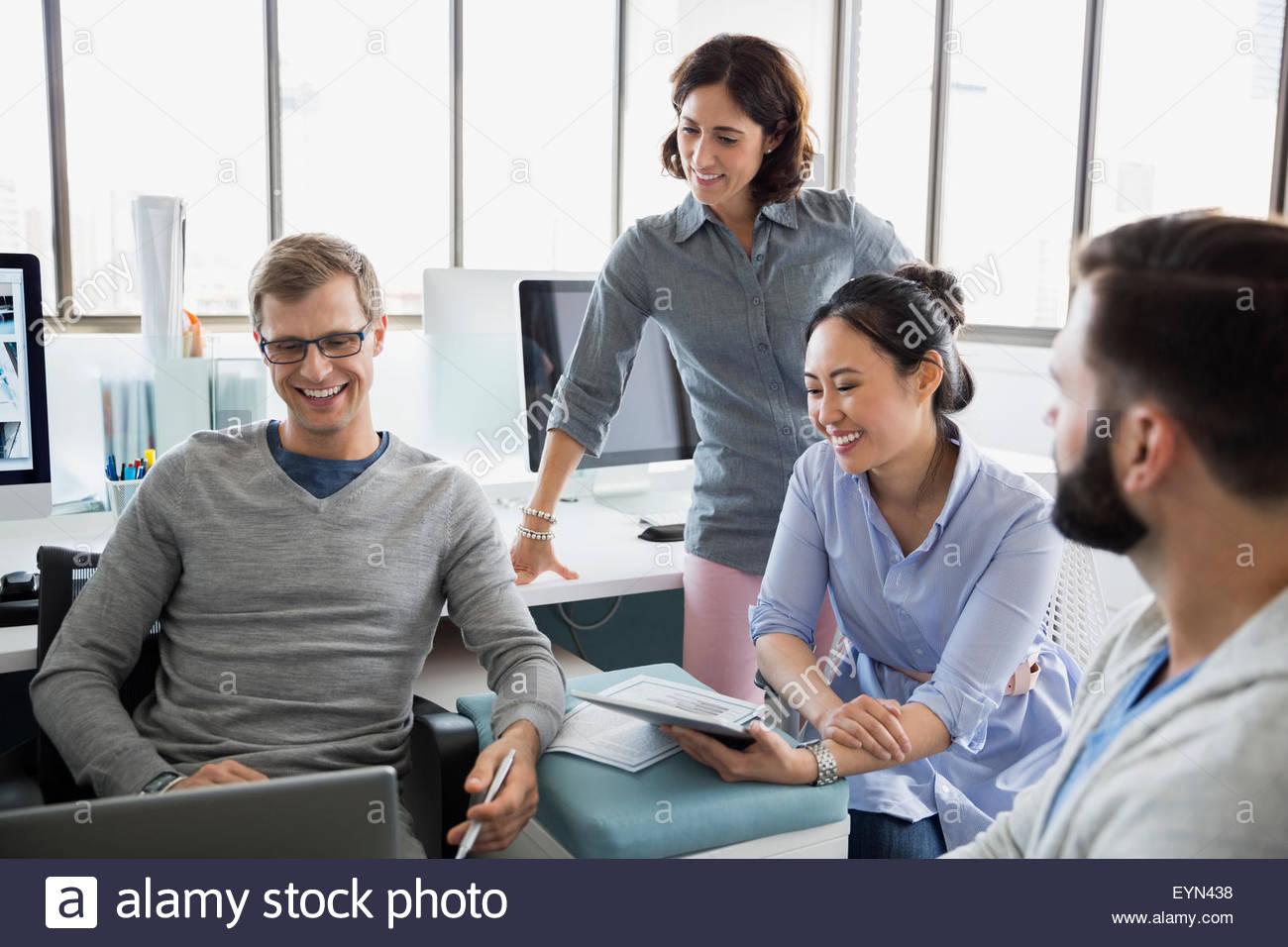 Geschäftsleute treffen mit Laptop im Büro Stockbild