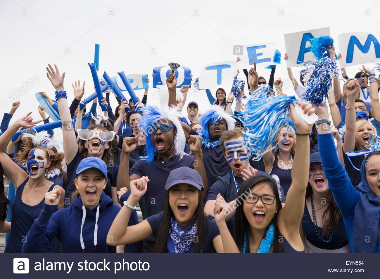 Porträt begeistertes Publikum in blau jubeln Sport-event Stockbild