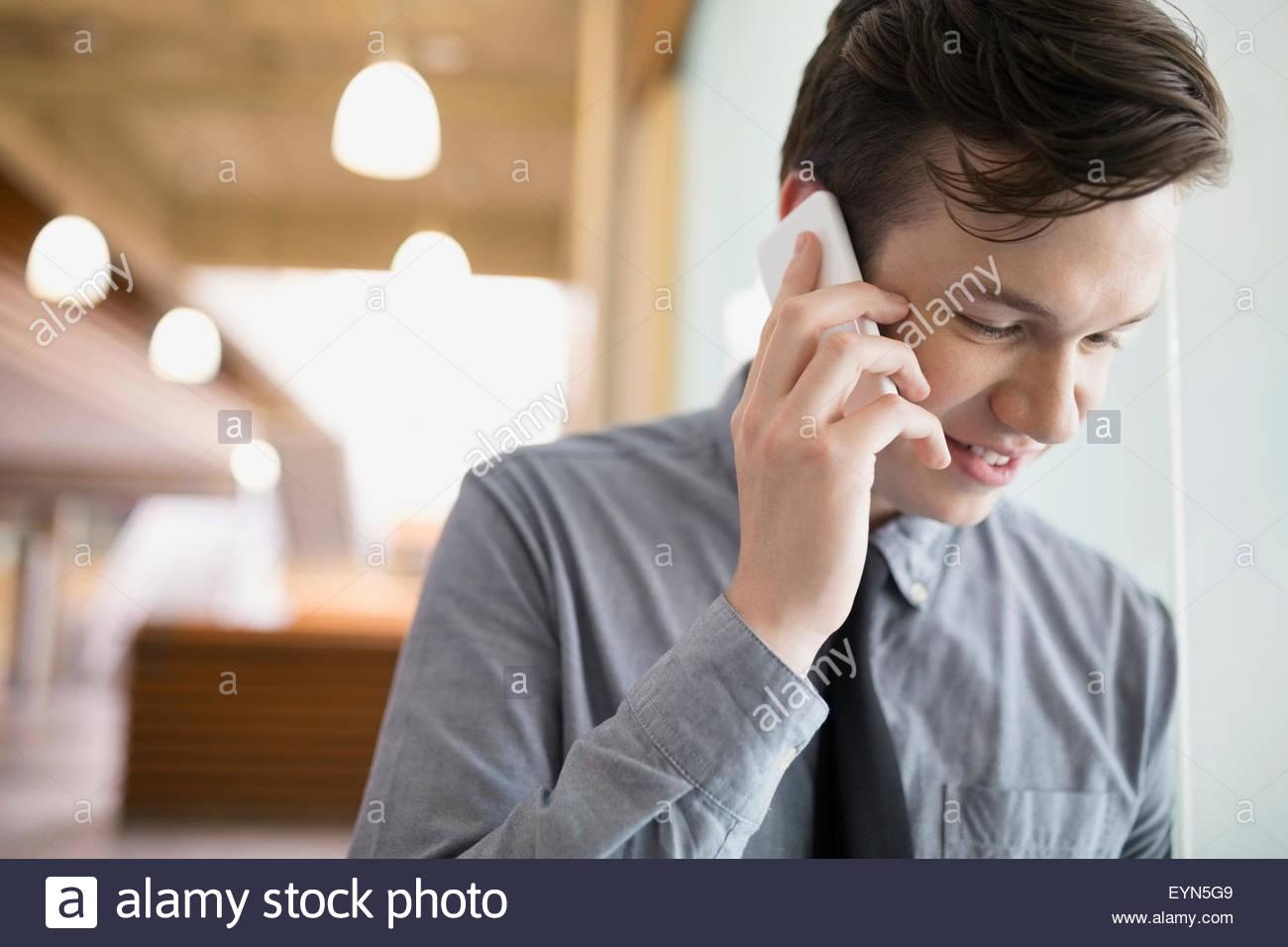 Brünette Geschäftsmann reden über Handy hautnah Stockbild