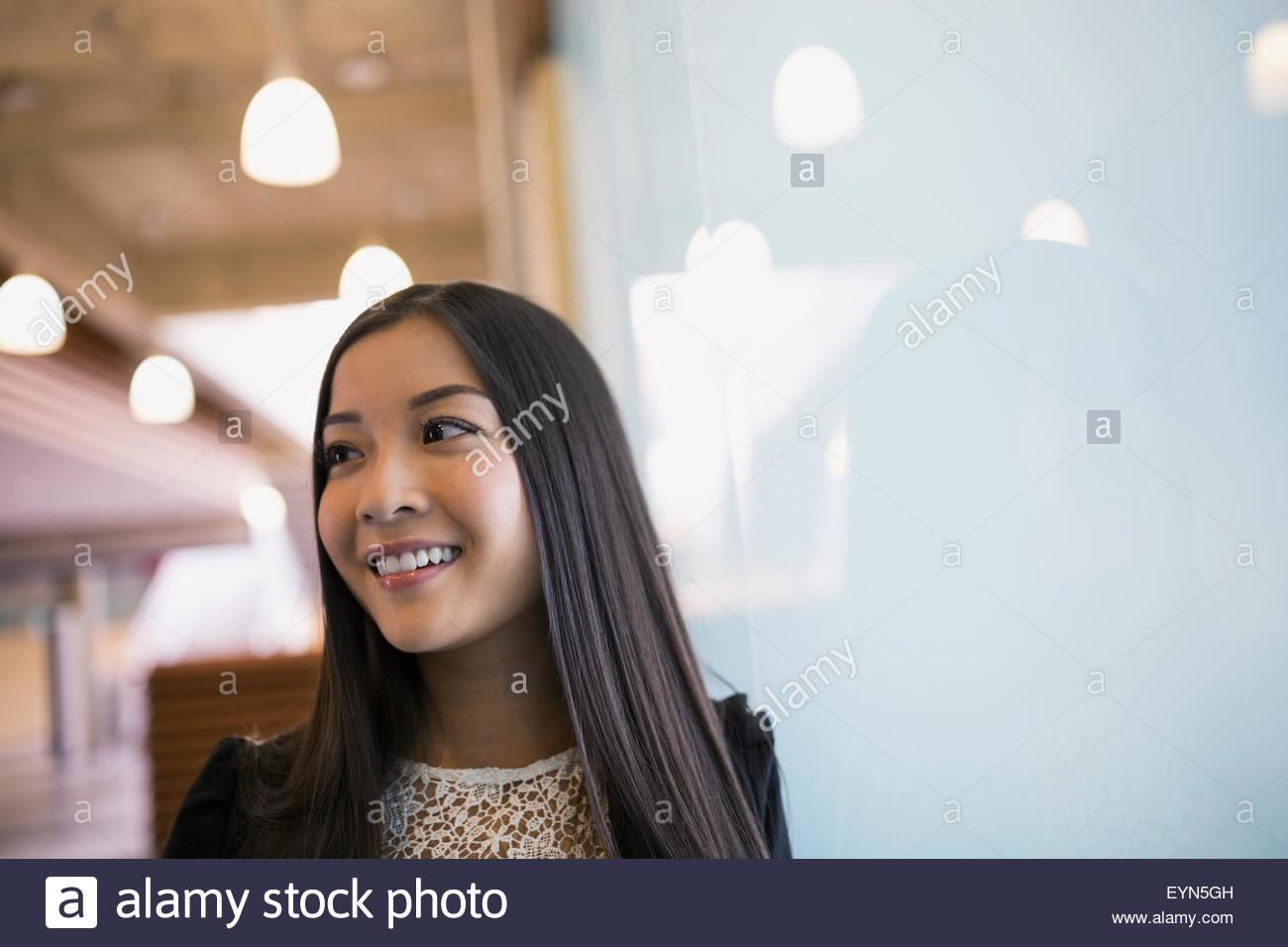 Lächelnde Frau wegschauen Stockbild