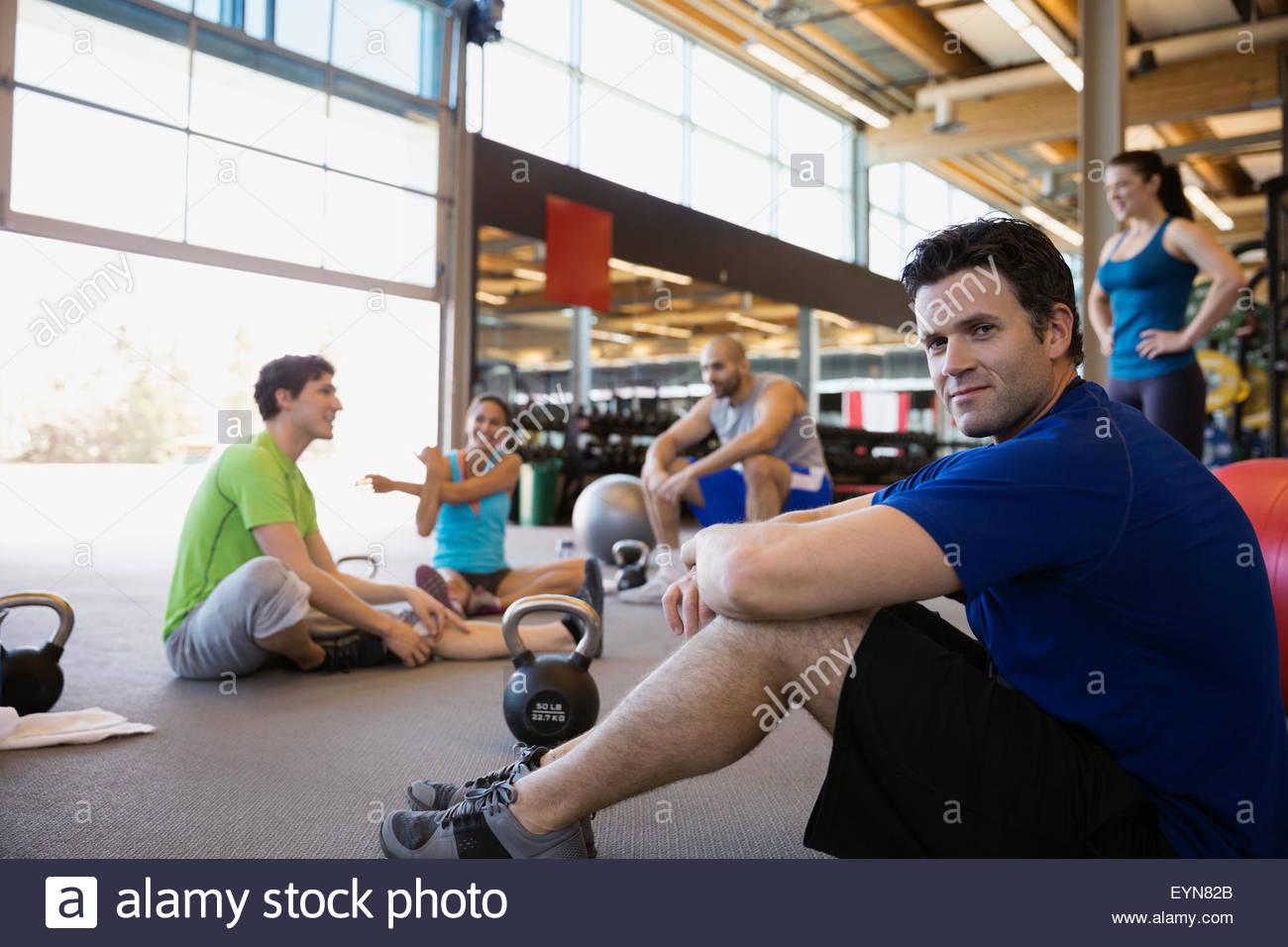 Porträt zuversichtlich Mann in Übung Glas in Turnhalle Stockbild