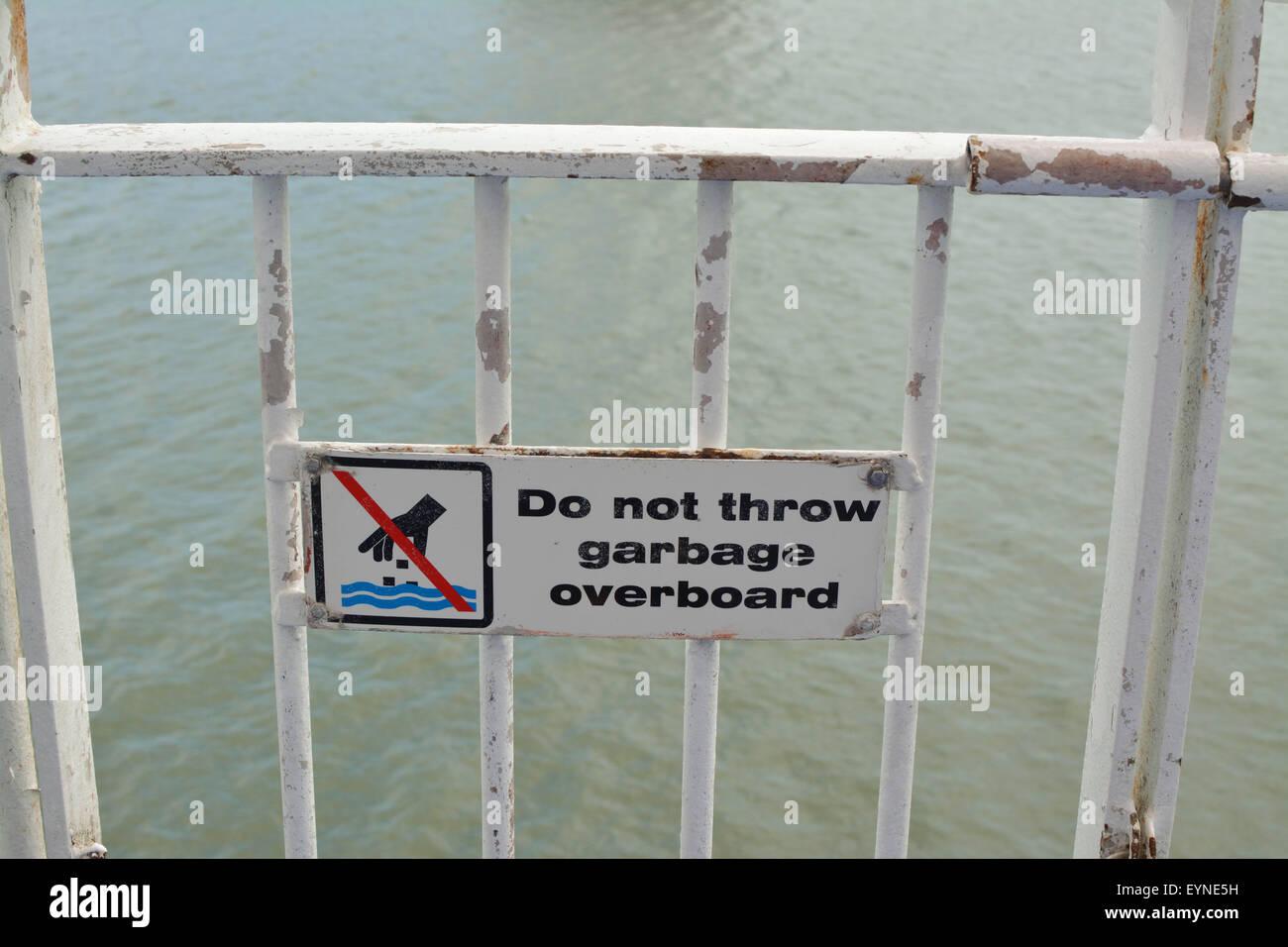 Werfen Sie nicht Müll über Bord Zeichen an Bord der Passagierfähre Auto Stockbild