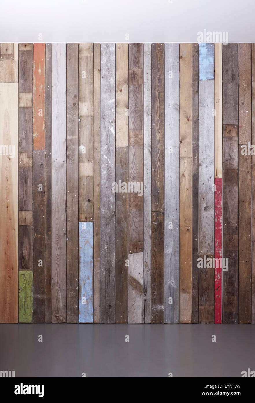 Hintergrund der aufgearbeiteten Holzwand für eine moderne rustikale Optik Stockbild