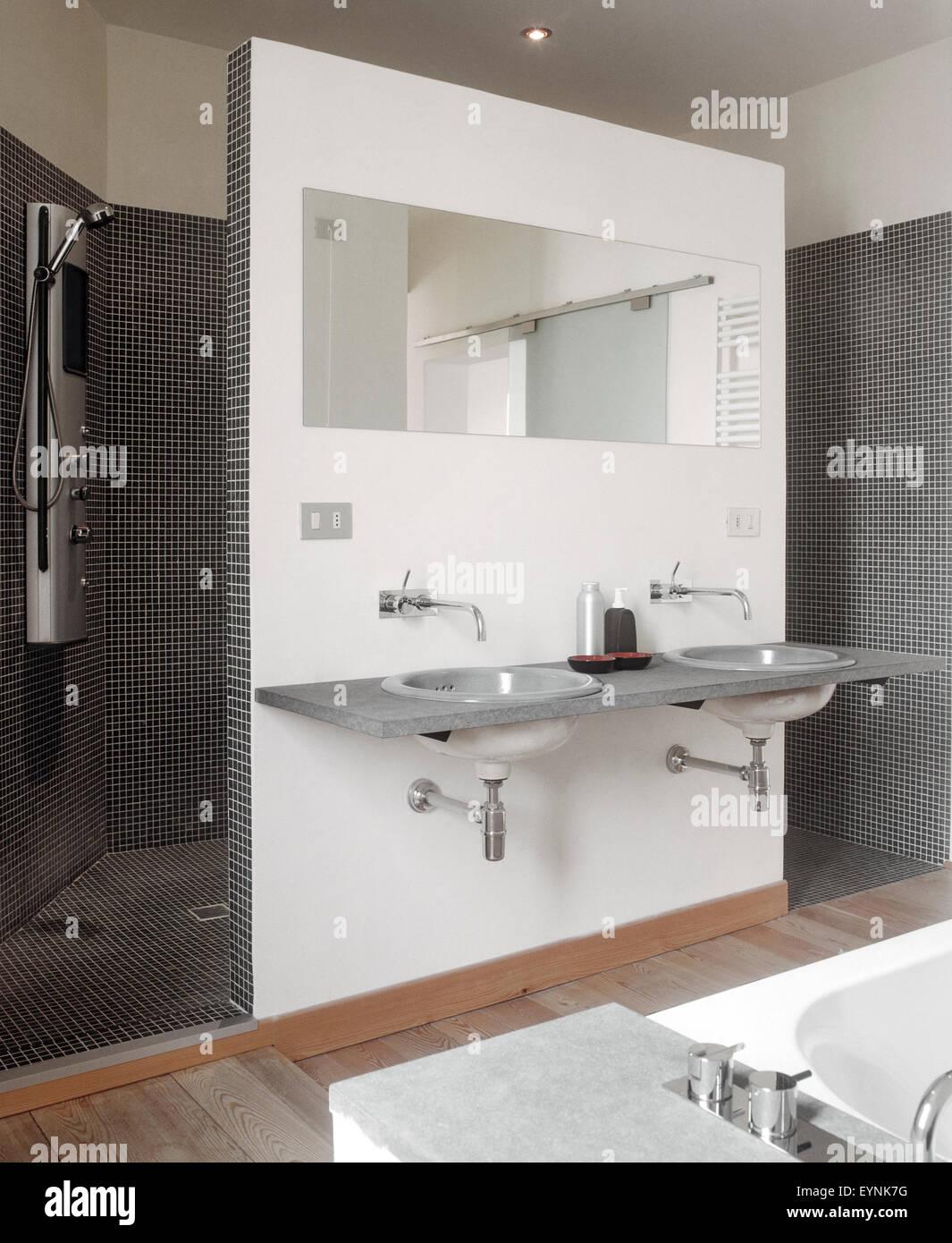Innenansicht Eines Modernes Bad Im Vordergrund Das Waschbecken Und Spiegel  Mit Blick Auf Duschkabine