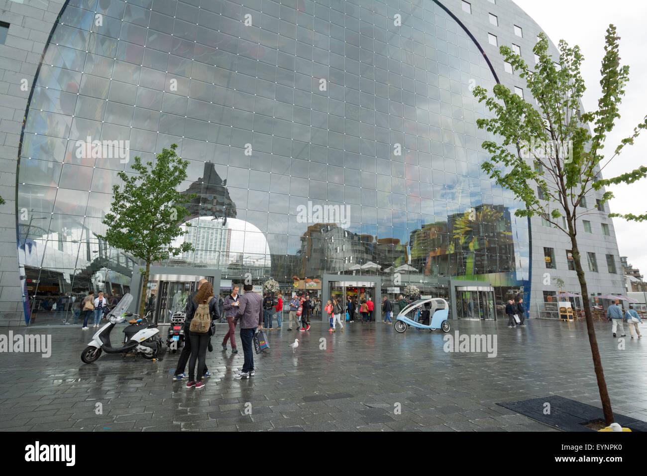 Rotterdam-Markthalle - Reflexionen an einem verregneten Tag Stockbild